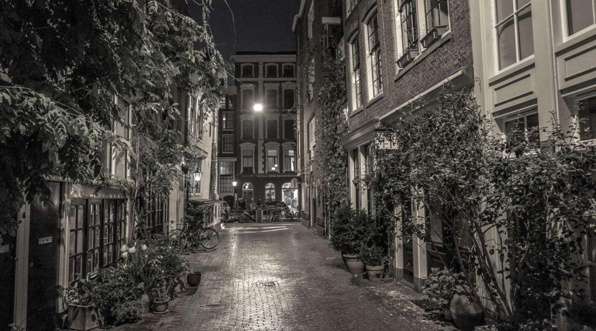 Nächtliche Gasse in Amsterdam