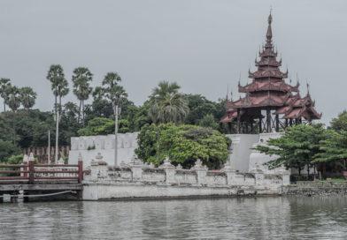 Chaotisches Mandalay, pagodenreiche Umgebung