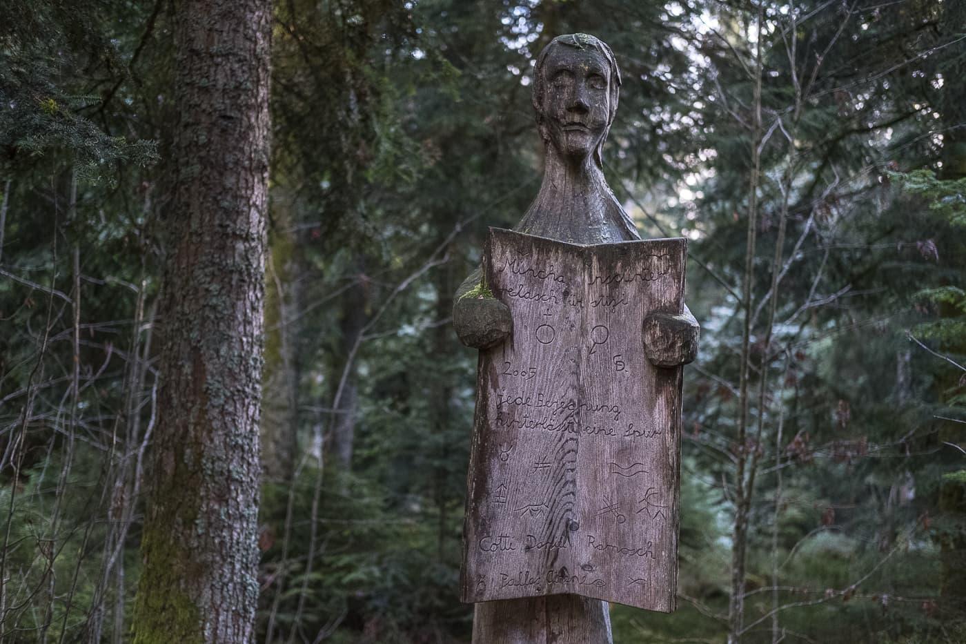 Holzskulpturen im Wald vom Emmental
