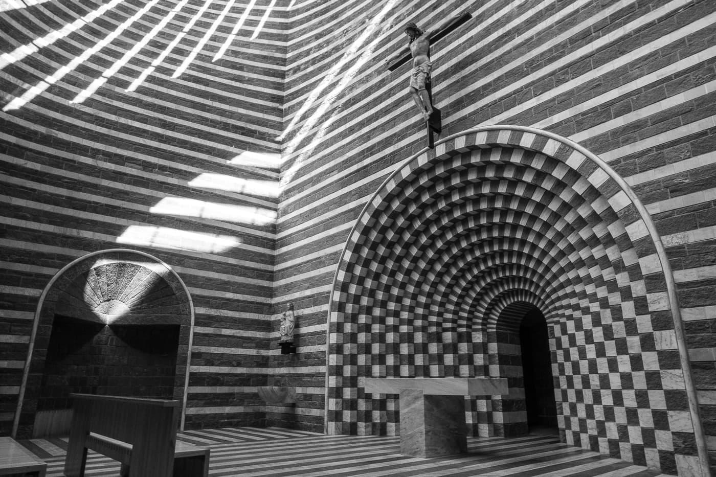 Innen der Kirche von Mario Botta in Mogno