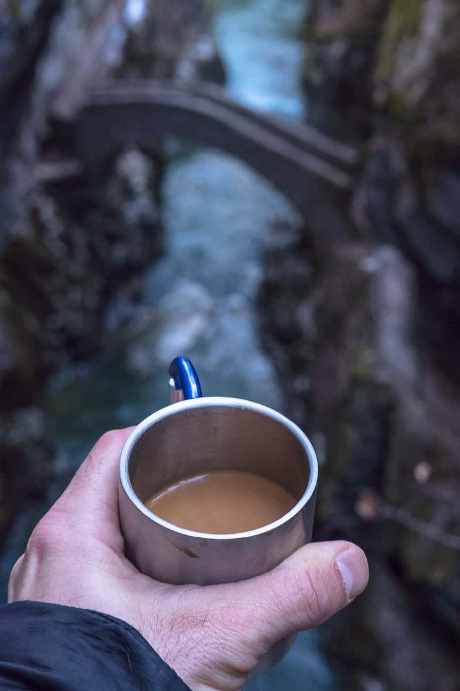 Kaffee bei der Brücke in der Areuse Schlucht