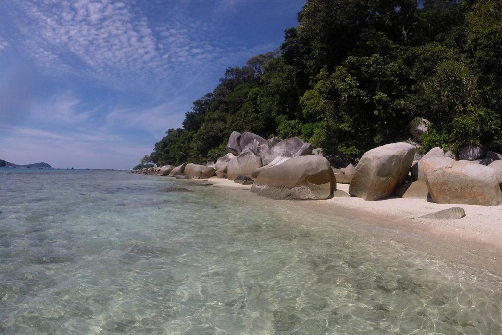 Perhentian Islands Strand mit markant runden Steinen