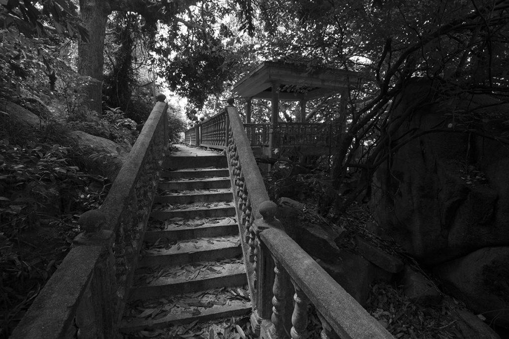 Spaziergang auf Perhentian Islands durch Ruinen