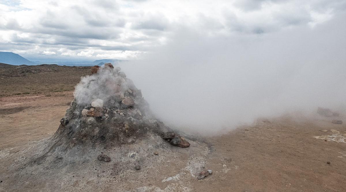 rauchende landschaft in island