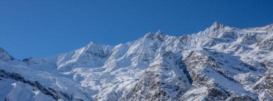 Saas-Fee und die umliegenden Berggipfeln