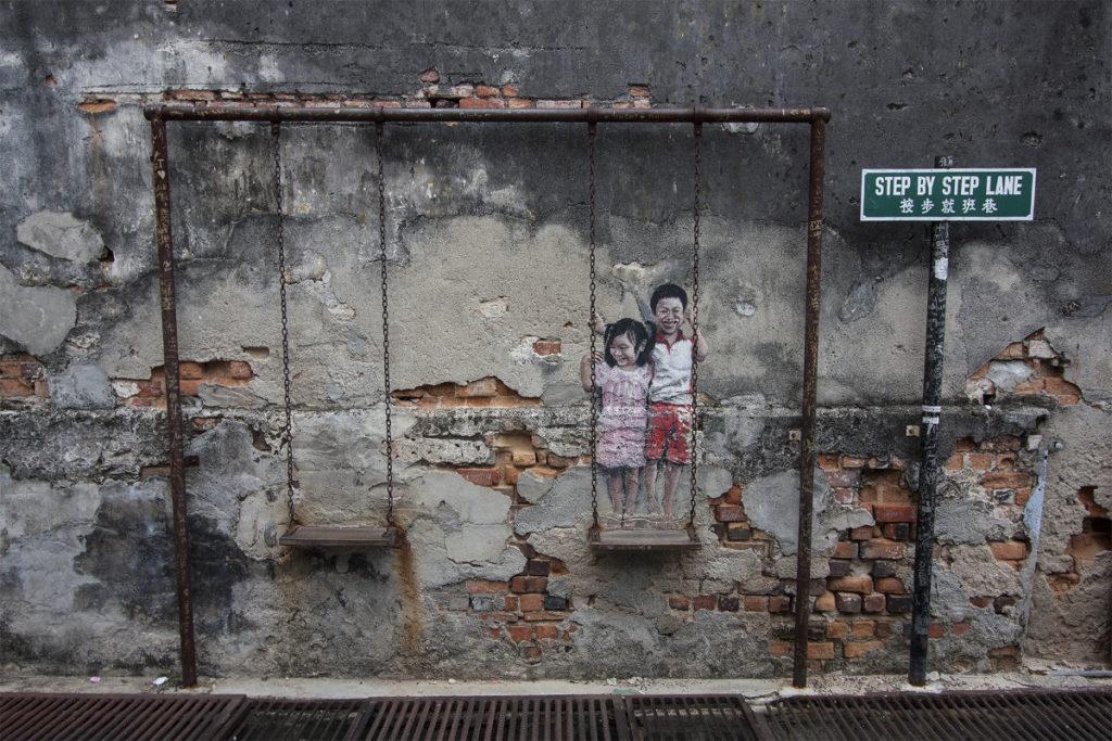 Schaukelkinder als Streetart in Penang